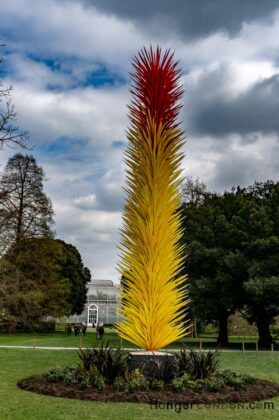 yellow and red tall plume of spikes made out of glass chihuly Kew