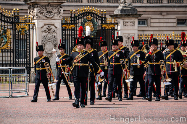 soldiers leaving Buckingham Palace